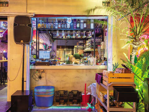 The cozy outdoor space, graffiti on the wall, neon- lights and the energetic bar welcome guests to Dalida every night, no matter what their sexual orientation might be!