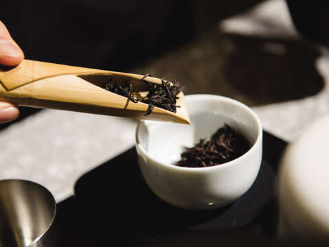 At Wangtea Lab, you can enjoy traditional tea blended with innovative style and enjoy the tea in the modern space.